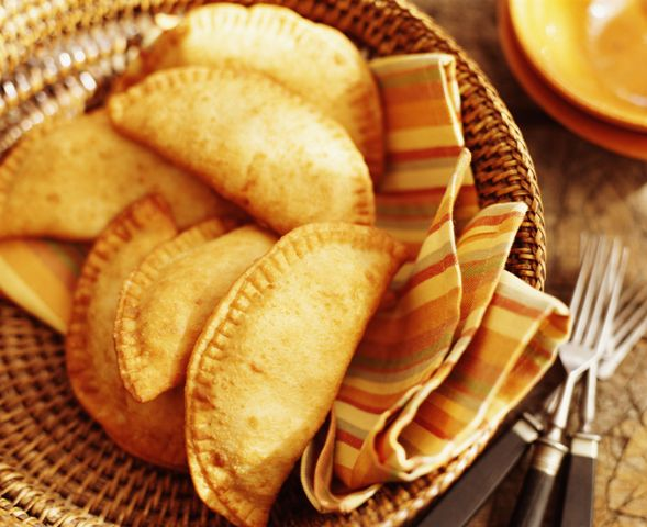 Làm bánh Empanadas bằng nồi chiên không dầu - Ảnh: Internet