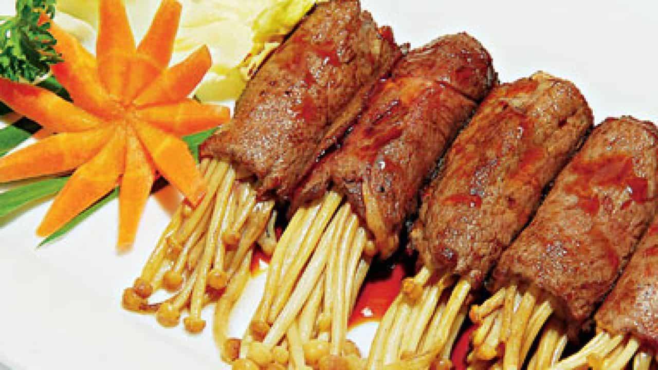 Thịt bò cuộn nấm kim châm nướng bằng nồi chiên không dầu