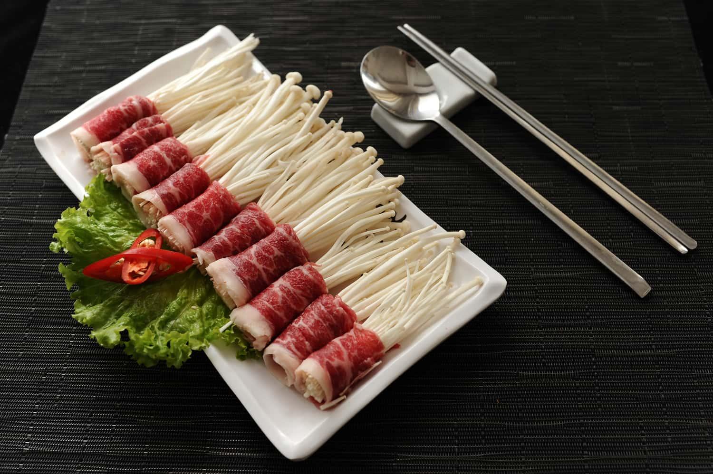 Bò cuộn nấm kim châm nướng bằng nồi chiên không dầu